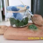 tagliere con barattolo d'olive verdi e formaggio